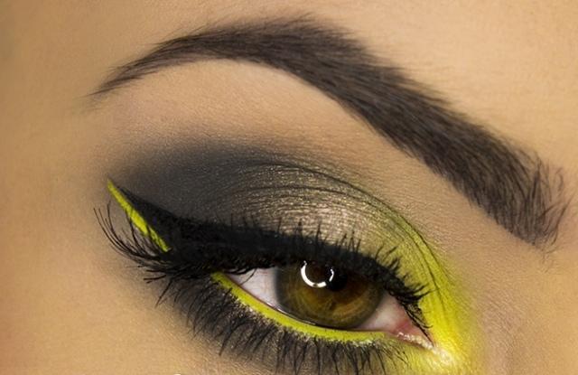 maquillage-yeux-idee-ete-jaune-soleil-noir-smokey-eye-sourcils