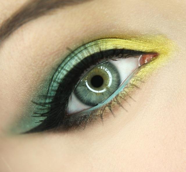 maquillage-yeux-idee-ete--mascara-noire-fard-jaune-vert