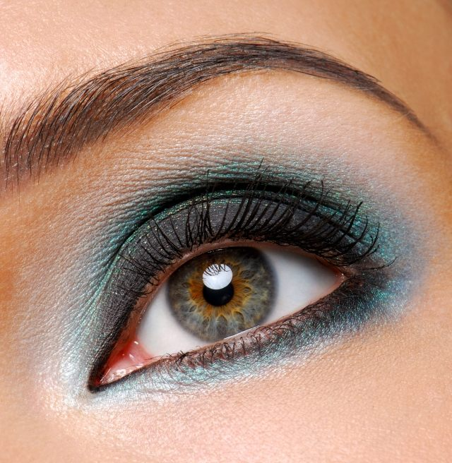 maquillage-yeux-idee-ete--smokey-eye-mascara-sourcils-cils-fard-paillettes