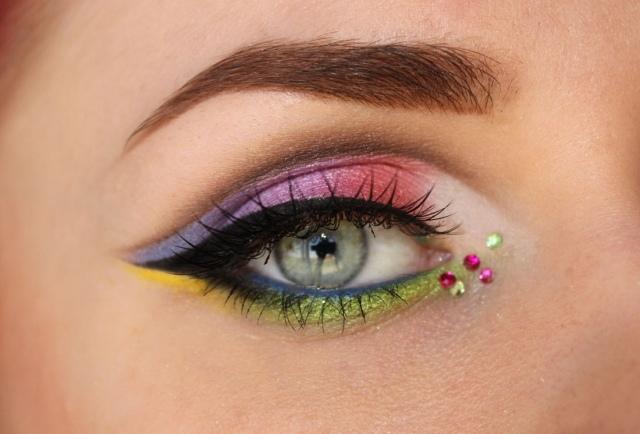 maquillage-yeux-idee-ete-strass-sourcils-mascara