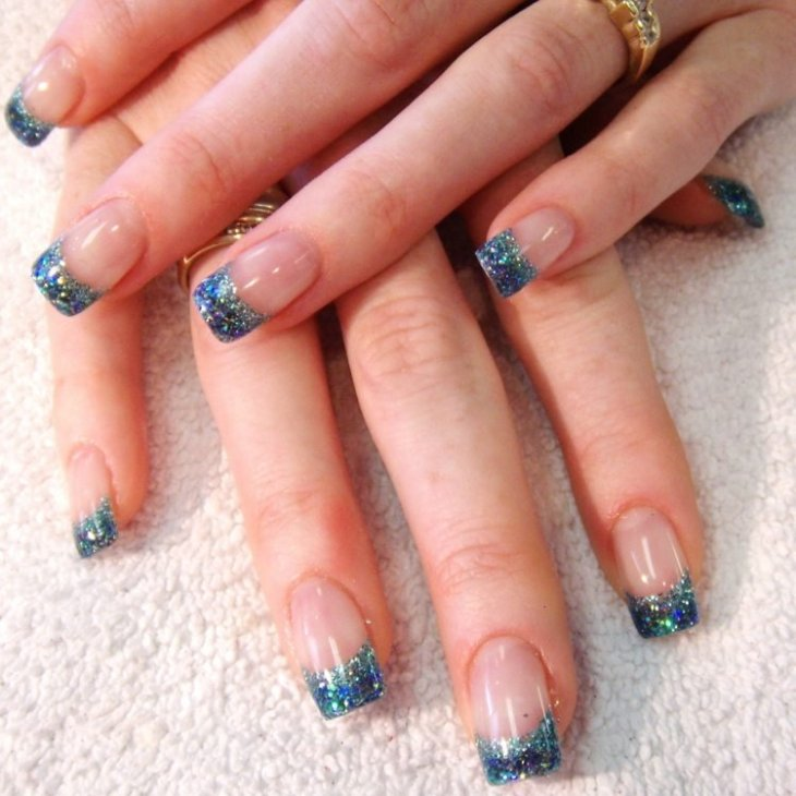 French-manucure-gel-paillette-couleur-bleu-base-transparente