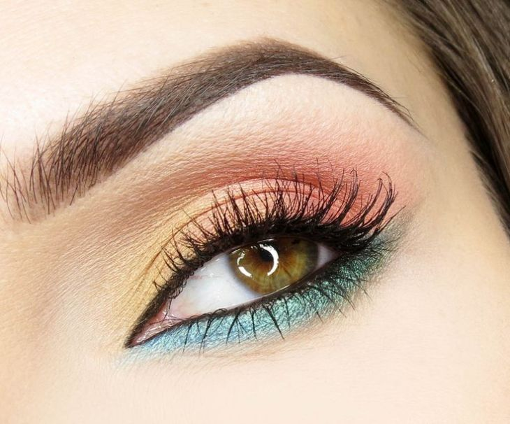 idees-maquillage-ete-couleurs-turquoise-corail-or-mascara