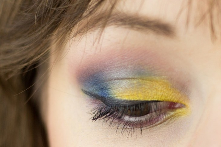 idees-maquillage-ete-fard-paupières-jaune-bleu-lilas