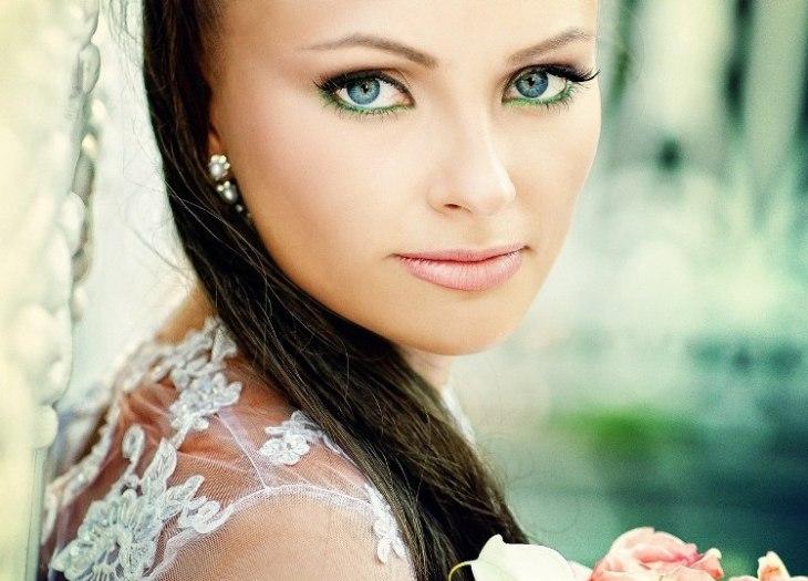 maquillage-mariée-yeux-verts-crayon-vert-rouge-lèvres-rose-robe-dentelle