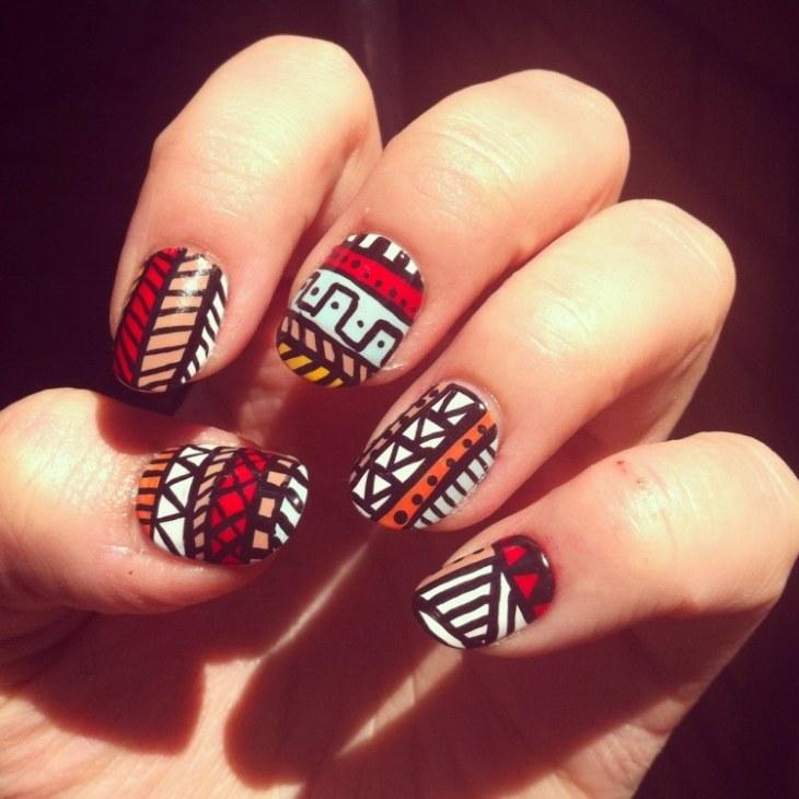 nail-art-motif-azteque-base-blanche-orange