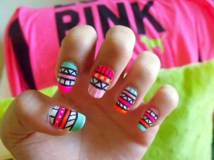nail-art-motif-azteque-couleur-neon-rose