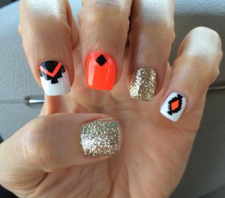nail-art-motif-azteque-vernis-paillette-neon-orange