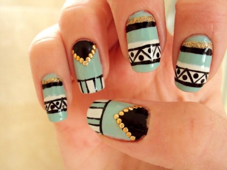 nail-art-motif-azteque-vert-menthe-paillettes-strass