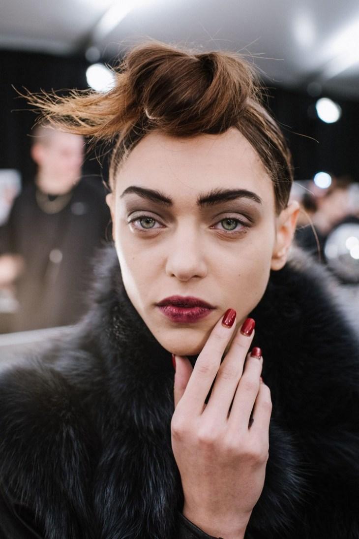 maquillage de soirée 2015-rouge-levres-nuance-rouge-fard-paupieres-cappuccino-sourcils-epais-marc-jacobs