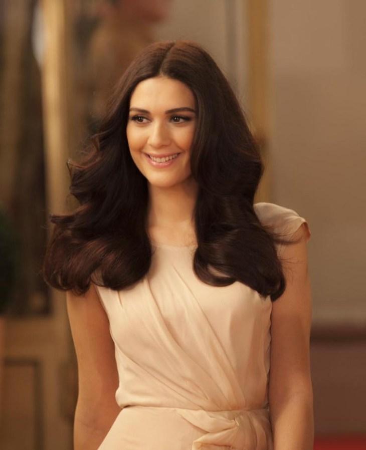 coiffure-nouvel-an-brushing-cheveux-dégradés-robe-beige