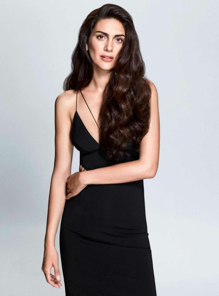 coiffure-nouvel-an-brushing-ondulé-cheveux-longs-robe-longue