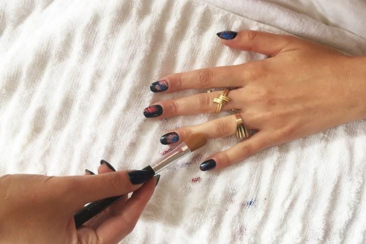 tuto nail art –nouvel-an-vernis-ongles-bleu-paillettes-multicolores