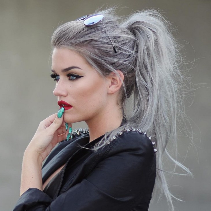 cheveux gris -queue-cheval-moderne