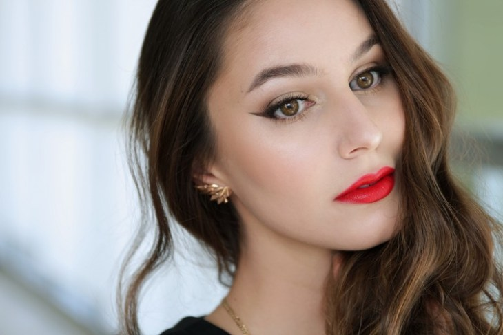 maquillage Saint-Valentin -rouge-levres-rouge-eye-liner-fard-paupieres-or