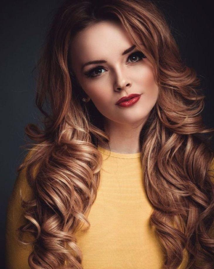 cheveux couleur caramel -éclats-blonds-cheveux-bouclés-longs