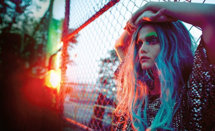 tendance coiffure -cheveux-bleu-néon-maquillage-fluo-street-style