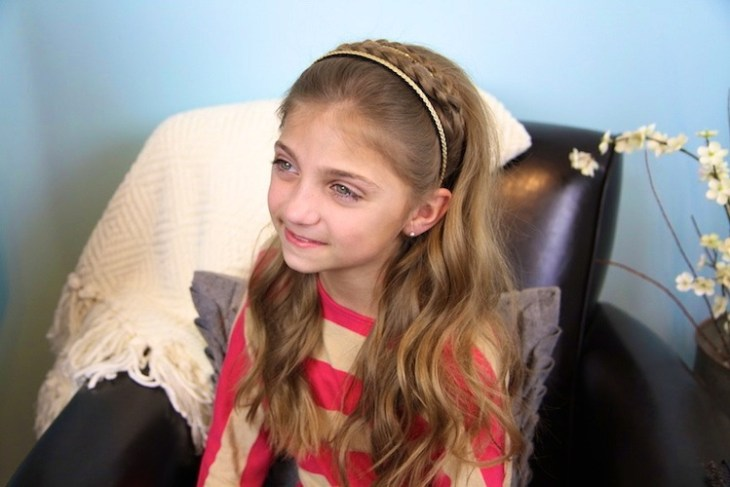 coiffure pour petite fille -headband-tresse-couronne-cheveux-détachés