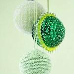 Esfera navideña con chaquiras y lentejuelas