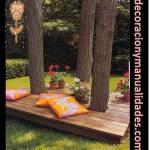 Decoración del jardín con cama de madera