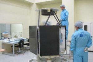تم تصميم وتطوير القمر الصناعي دبي سات 2 من قِبل شركة تصنيع الأقمار الصناعية Satrec في كوريا الجنوبية، وتم إطلاقه في عام 2012. (مؤسسة الإمارات للعلوم والتقنية المتقدمة)