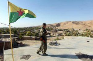 مقاتل من حزب العمال الكردستاني يقوم بحراسة أحد المواقع ويرفع علم الحزب في مخمور جنوب غرب أربيل، عاصمة منطقة الحكم الذاتي الكردية في شمال العراق، في 21 أغسطس. الجماعات الكردية من العراق وثلاث دول مجاورة يضعون جانبًا الخصومات القديمة من أجل محاربة المتشددين الجهاديين، والآن تركيا تفكر في إقامة منطقة عازلة على طول حدودها مع العراق وسوريا. (أحمد الربيعي / إيه إف بي / جيتي إيميدجز)