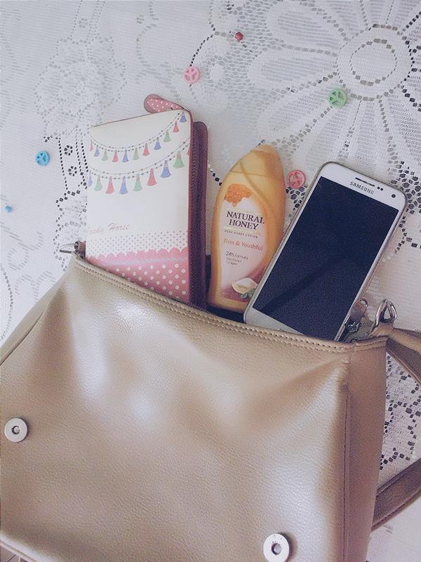 Isi dalam tasku kalau jalan - jalan. Dompet, Natural Honey dan HP.