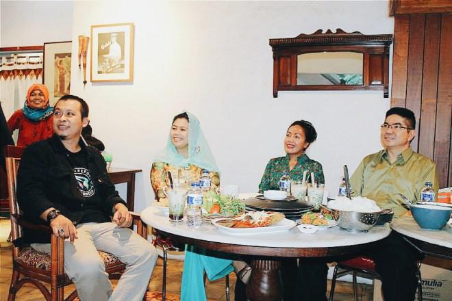 Mas Hazmi, Bu Yenni, Ibu Amy dan Bapak dari pihak Indosat yang aku lupa namanya. Maafkeun ya, Pak :)