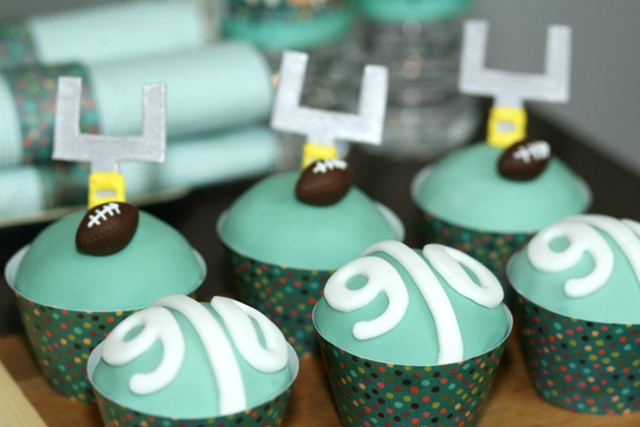 3_football_party_-_field_cupcakes
