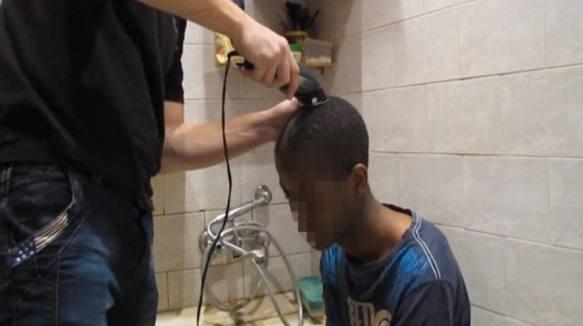 Wer schon einmal einem Schwulen den Schädel rasiert oder gar eingeschlagen hat, darf in Russland Asyl betragen. (Screenshot Buzzfeed)