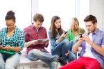 Diese Jugendliche üben für die Gymi-Prüfung (oder schicken sich gegenseitig Nacktfotos zu, wer weiss das schon...). Bild: Shutterstock