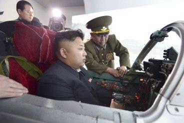 Notfalls werde der heilige Führer auch selbst einen Angriff gegen die Schweiz fliegen, lässt die nordkoreanische Nachrichtenagentur verlauten. In diesen Kampfjet habe man zur Komfortsteigerung für Kim Jong-un schon mal einen Reiskocher eingebaut. bild: x02538