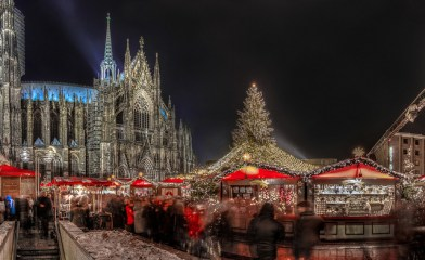 Ein wunderschönes Bild von Köln (bis auf den Christkindlmarkt im Vordergrund).