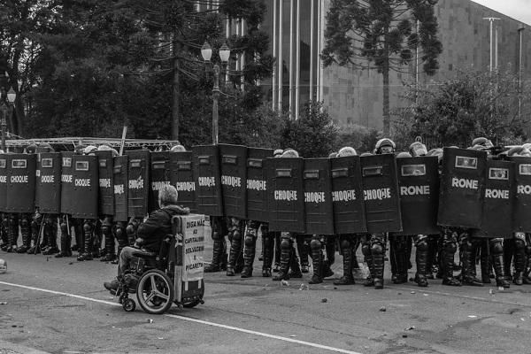 Era falso… Paraná: 17 PMs se recusam a atacar professores e são presos