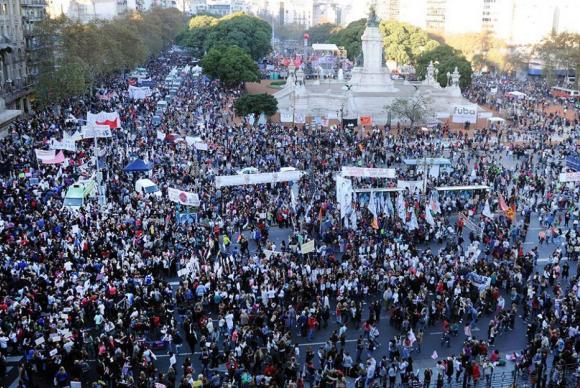 Argentinos saem às ruas de Buenos Aires para protestar contra o feminicídio