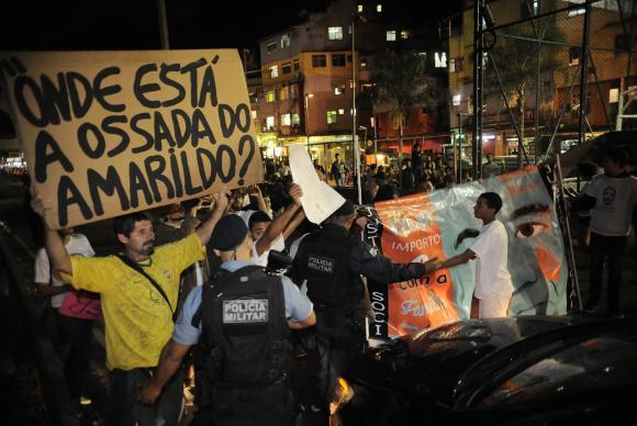 Manifestantes e PMs se enfrentam em protesto por sumiço de Amarildo