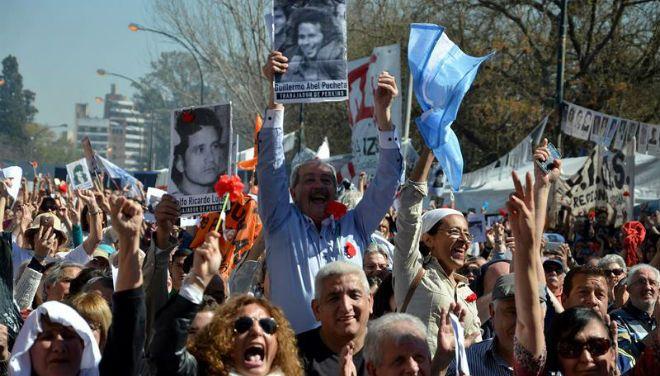 Justiça argentina condena 28 militares à prisão perpétua por operações durante última ditadura