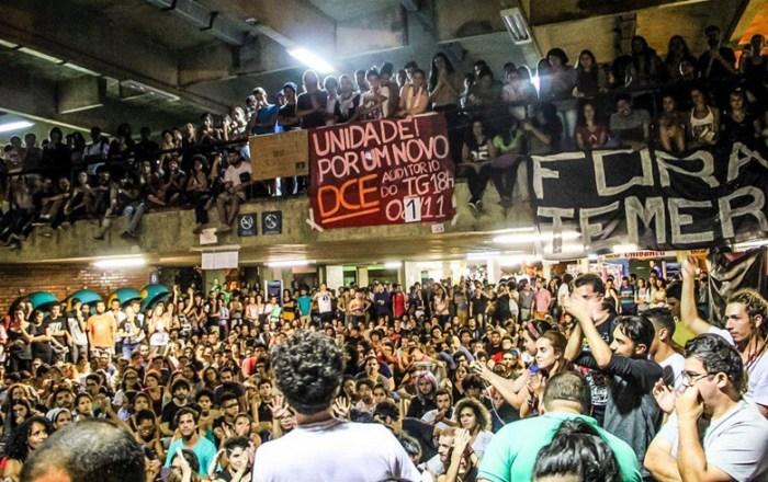 Contrários à PEC 55, estudantes ocupam reitoria da UnB