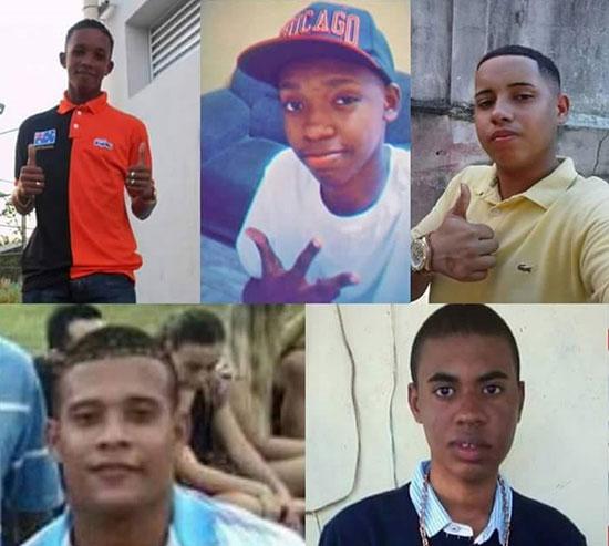 Wilton Esteves, Roberto de Souza, Wesley de Castro, Cleiton Correa e Carlos da Silva foram mortos por PMs em Costa Barros há um ano (Foto: Reprodução)