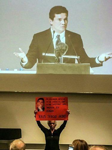 Moro recebe vaias e protestos em palestra na Alemanha