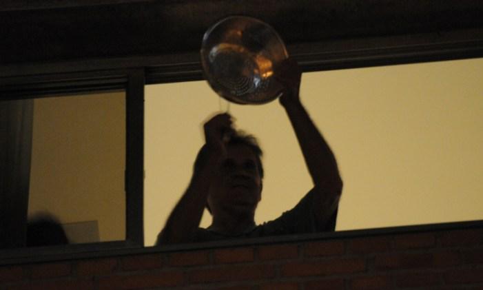 Convocados pelo MBL paneleiros voltam a batucar nas janelas