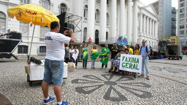 Em Curitiba, protesto pró-Moro reúne 15 pessoas