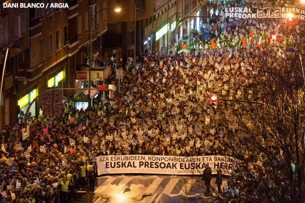 Milhares de pessoas se manifestam em defesa dos direitos humanos e contra a dispersão das presas e presos bascos