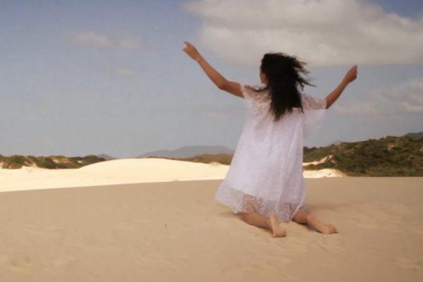 """Atriz trans Lirous K'yo busca por aceitação no novo clipe de """"Desterro""""; assista"""