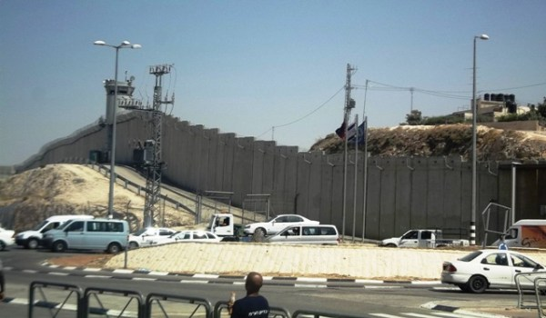 Muro do apartheid, frente ao posto de controle de Qalandia. Foto: Tali Feld Gleiser