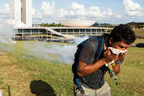 """""""Estavam atirando em nós como se fôssemos criminosos"""". Três mil indígenas são reprimidos em Brasília"""
