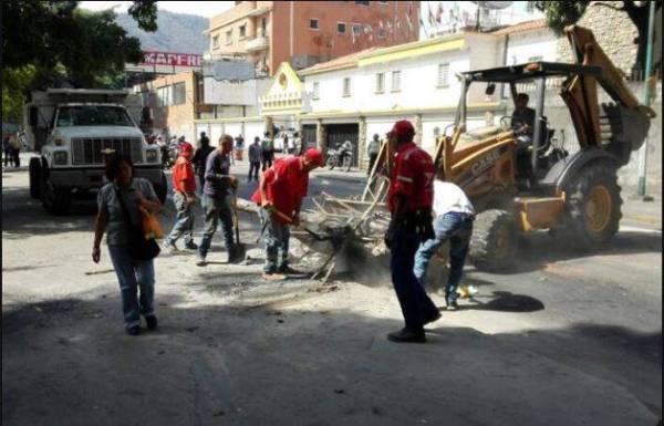 Limpeza dos danos provocados por grupos violentos da oposição | Foto: CCS Caracas
