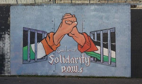 Mural em homenagem aos prisioneiros palestinos / Reprodução