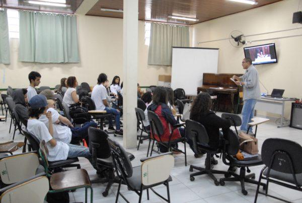 Nas rodas de conversa, adolescentes falaram de mídia. Foto: Ricardo José Torres