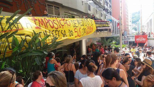 Tensão: Câmara de Vereadores de Florianópolis é ocupada pelos trabalhadores da Comcap