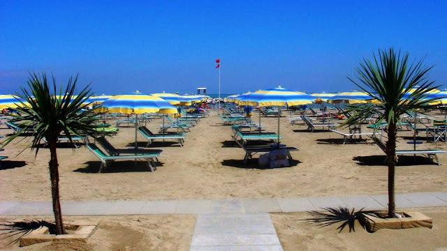 Mulher transexual e cis sofrem estupro coletivo em praia da Itália